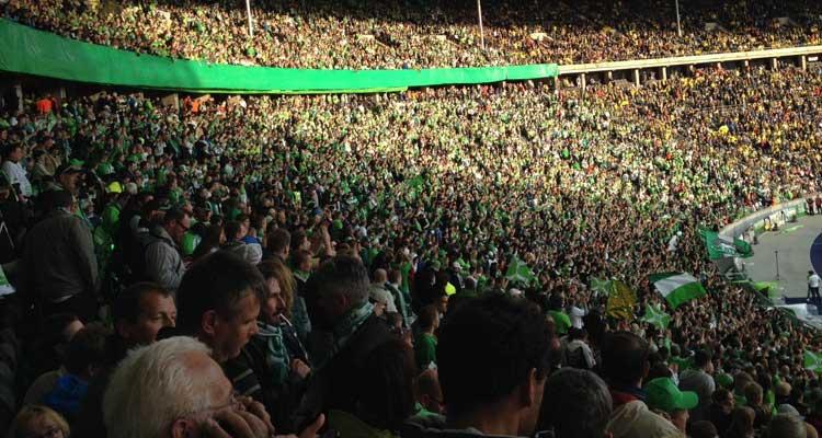 VfL Wolfsburg Fans im Olympiastadion Berlin mittendrin FLOW WOLF
