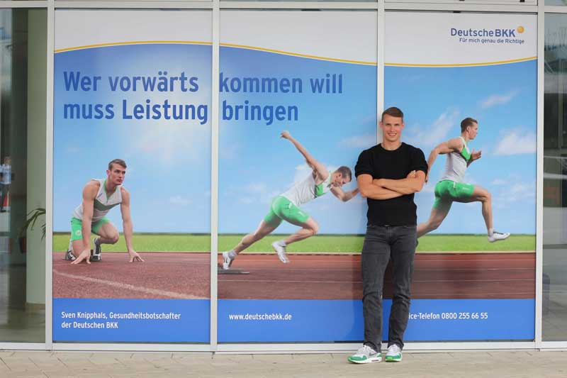 Sven Knipphals vor der Fensterfront bei Hauptsponsor Deutsche BKK in Wolfsburg