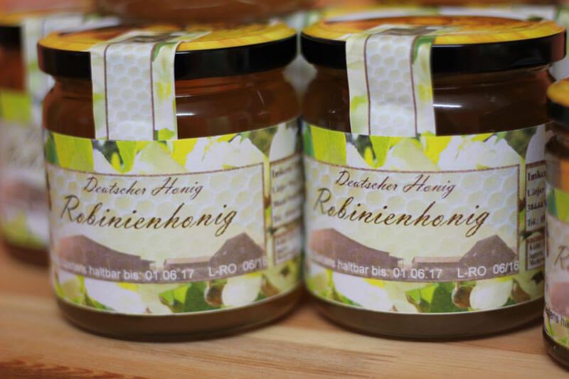 Der Hofladen hat auch Honig mit Zitrone, Sanddorn oder Chili im Angebot