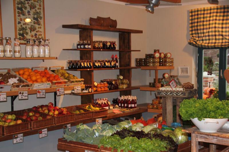 Im Hofladen gibt es die unterschiedlichsten Produkte, von Fruchtaufstrich, Kartoffelsalat bis Likör