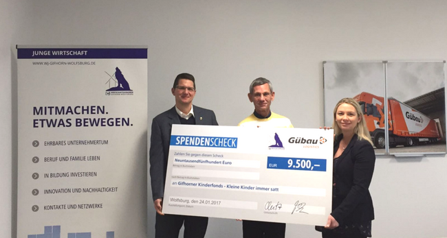 Scheckübergabe bei Gübau Logistics GmbH: Cindy Lutz (WJ), Martin Möhrmann (Gübau Logistics GmbH) und Holger Ploog (Kleine Kinder immer satt).