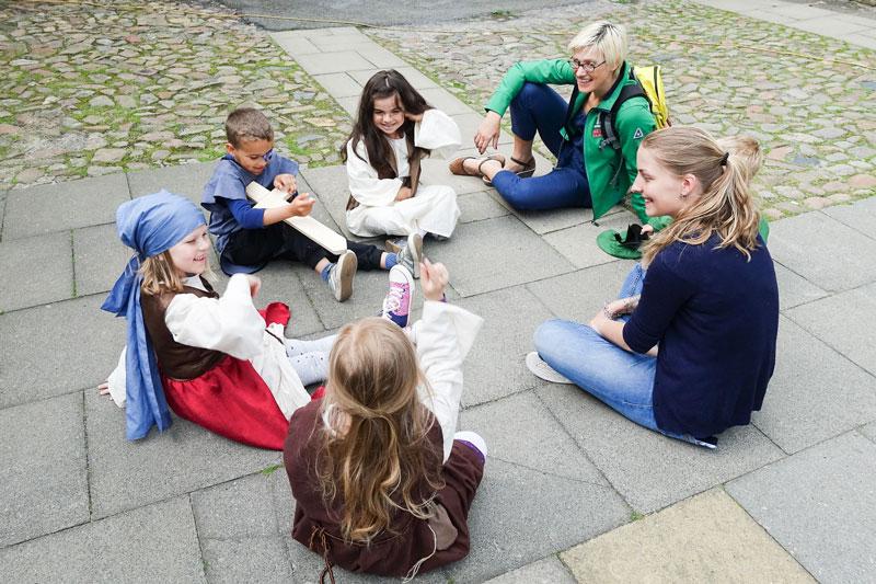Auch Britta Rollar vom Tanzenden Theater Wolfsburg unterstützte die Kinder