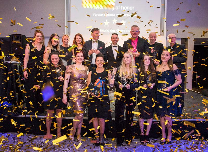 Der Gewinner des bpp Award in Silber in der Kategorie Creative People, Jacek Voss(3. von rechts, Reihe 2), gemeinsam mit den Kollegen des bpp. Foto: bpp Geschäftsstelle