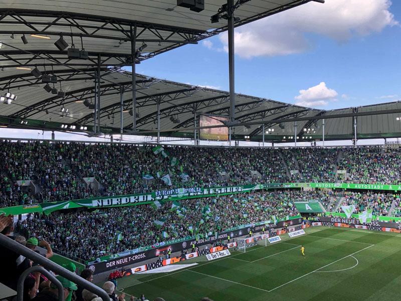Supporters Wolfsburg feiern den VfL Wolfsburg in der Volkswagen Arena