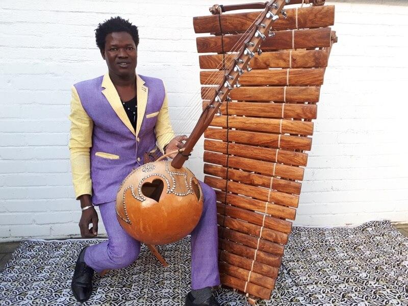 Doubassin Sanogo mit seinem Balafon und der N'goni / Foto: Doubassin Sanogo