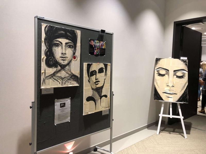 Kafkas Buchseiten sind der Untergrund für die schwarz-weißen Kunstwerke / Foto: FLOW WOLF