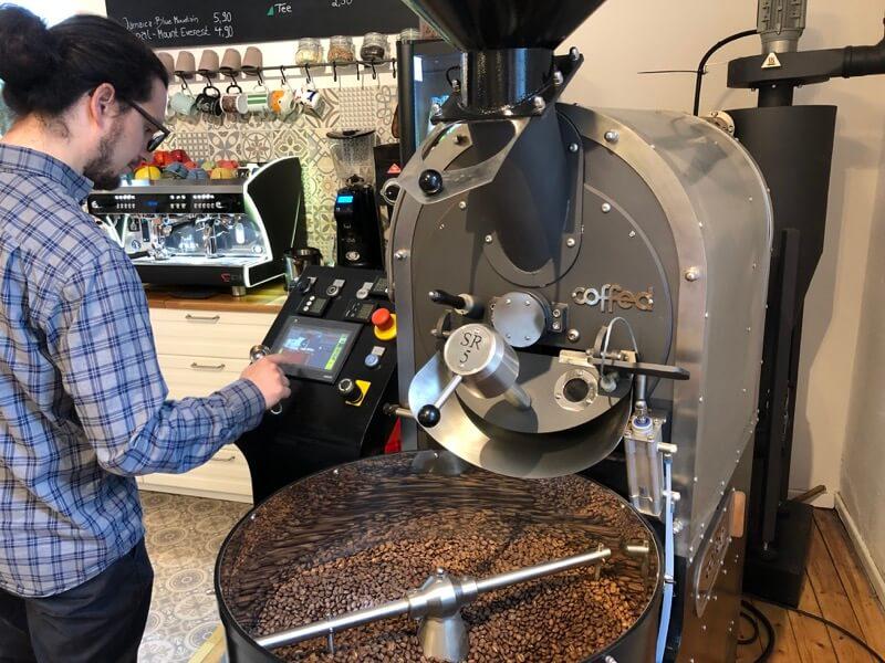 Beim Kaffeerösten geht es um mehr als nur die richtige Kaffeebohne. / Foto: FLOW WOLF