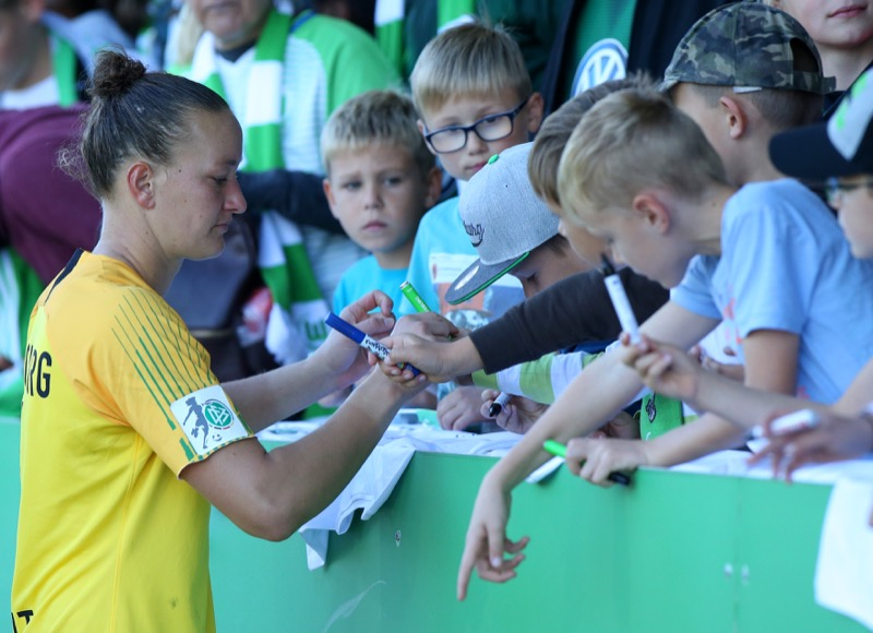 Almuth Schulz gibt Autogramme