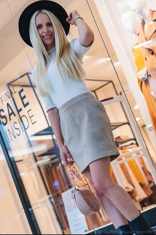 Katrin Haudel mit Hut für den Modeblog aus der City Galerie Wolfsburg