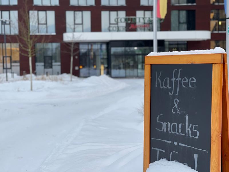 Kaffee und Snacks im Courtyard
